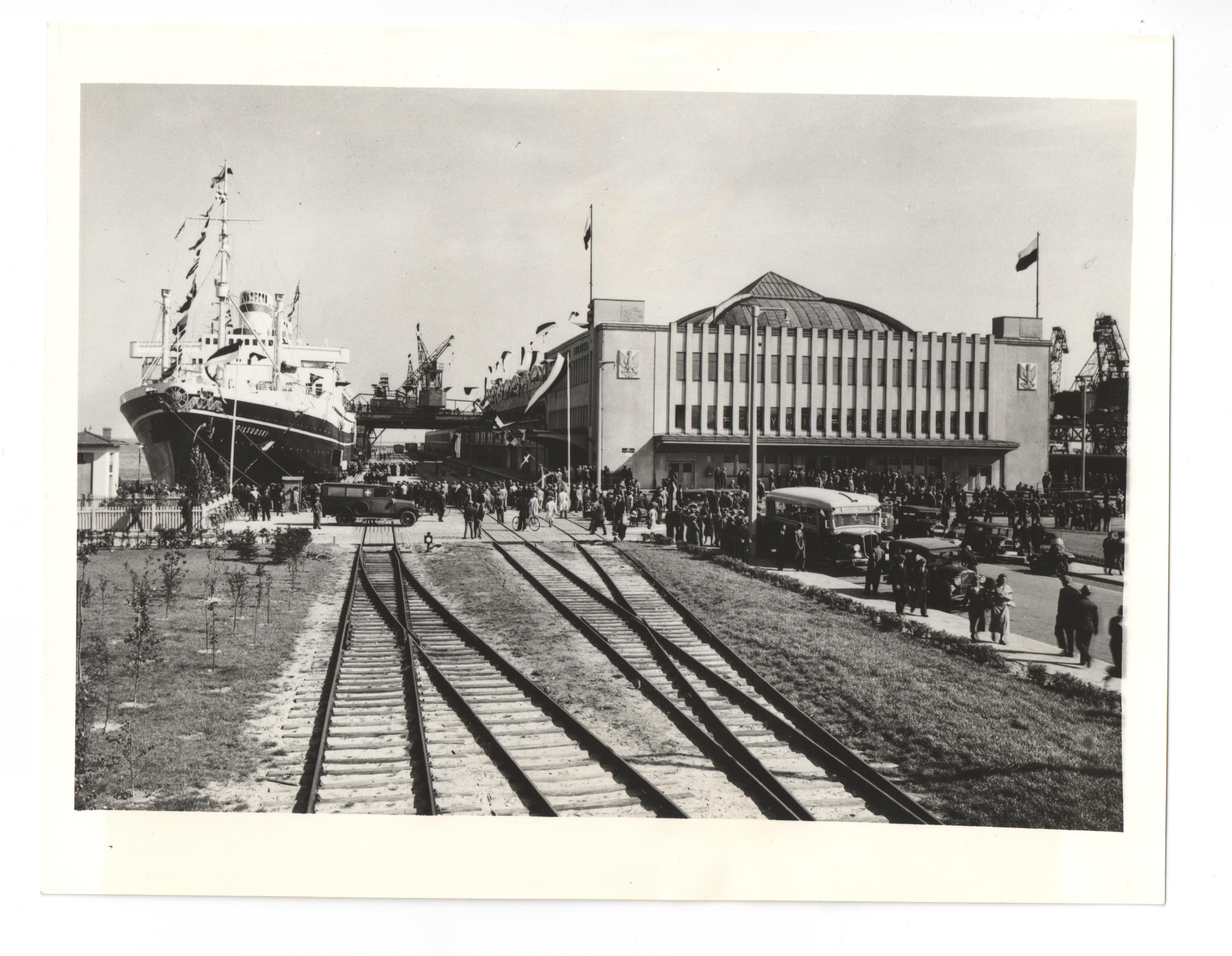 czarno-białe zdjęcie z portu