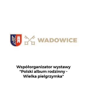 """Herb Wadowic i miejskie logo z dopiskiem na dole: Współorganizator wystawy """"Polski Album Rodzinny - Wielka pielgrzymka"""""""