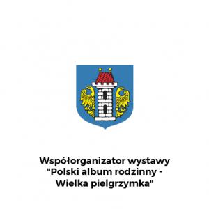 """Herb Oświęcimia z dopiskiem na dole: Współorganizator wystawy """"Polski Album Rodzinny - Wielka pielgrzymka"""""""