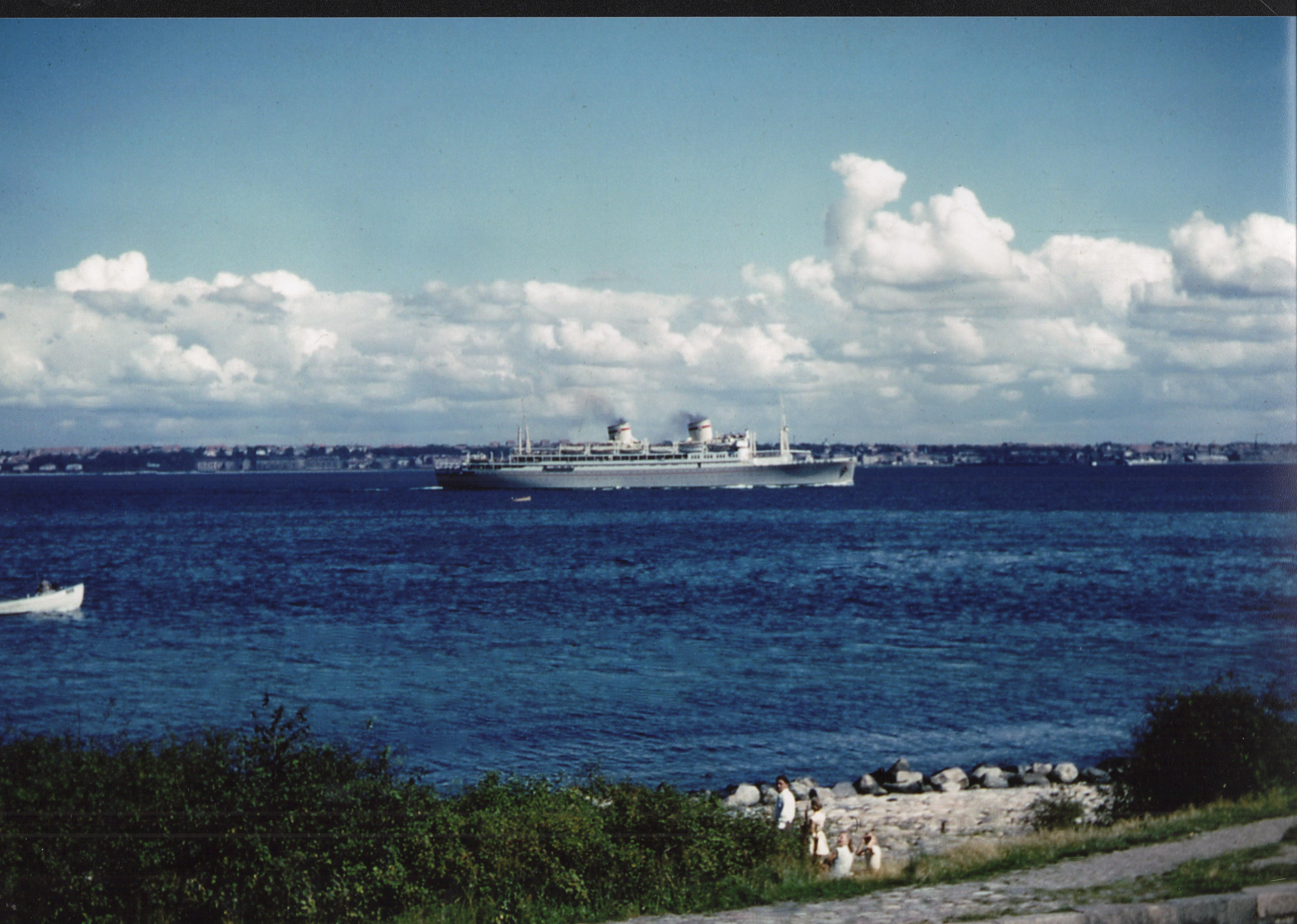kolorowe zdjęcie przedstawiające statek na morzu