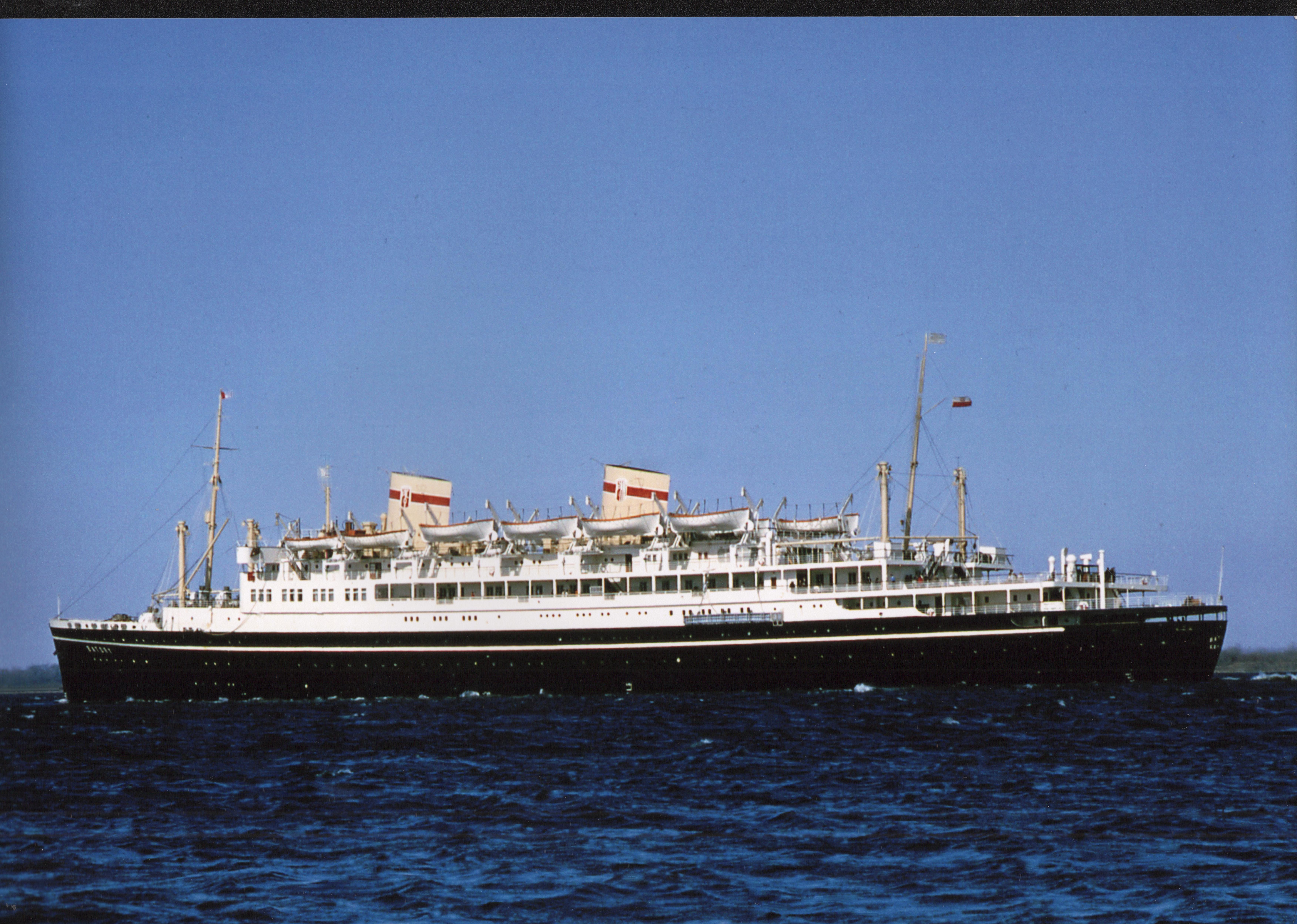 kolorowe zdjęcie statku na morzu