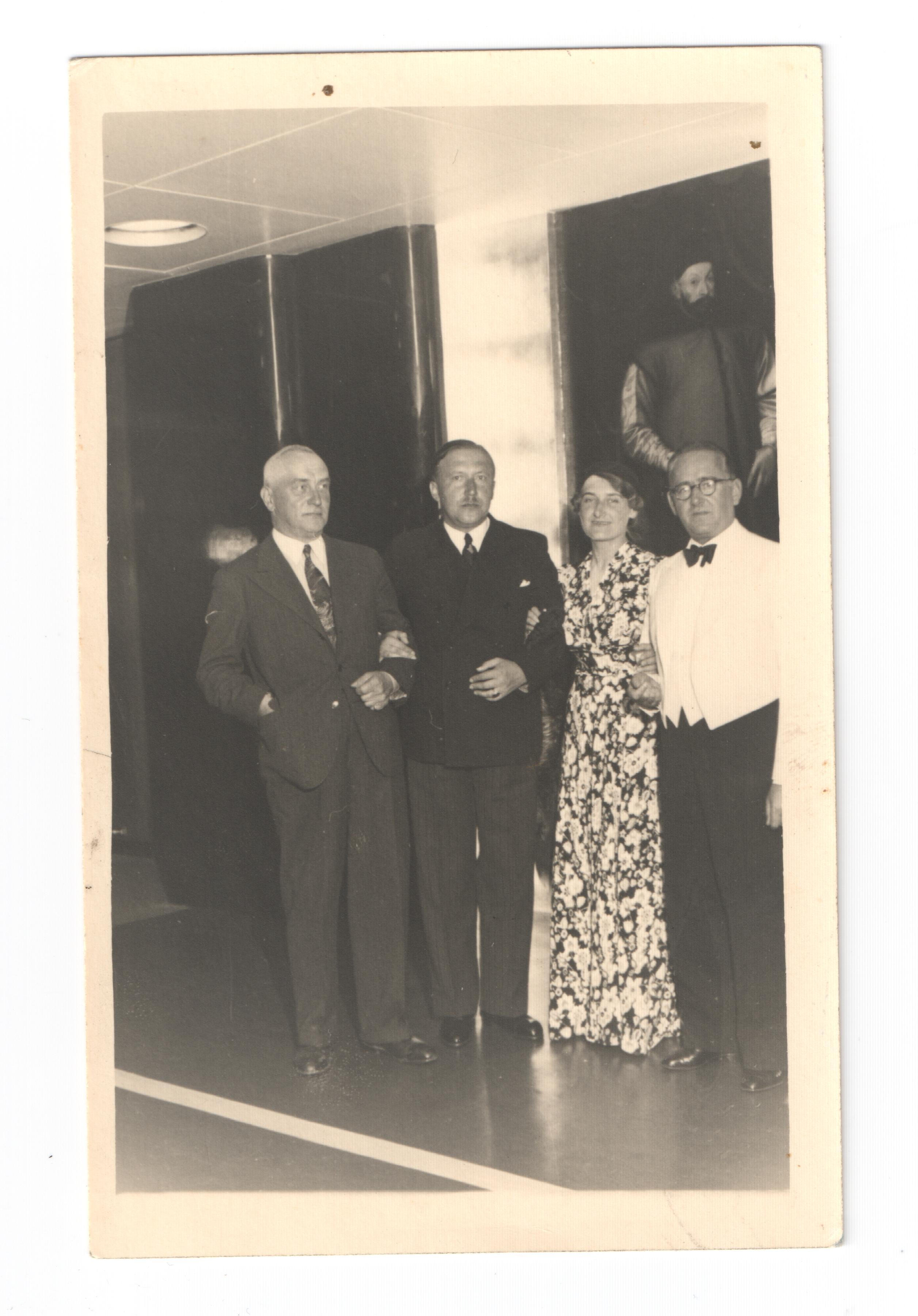 Czarno-białe zdjęcie z wnętrza Batorego