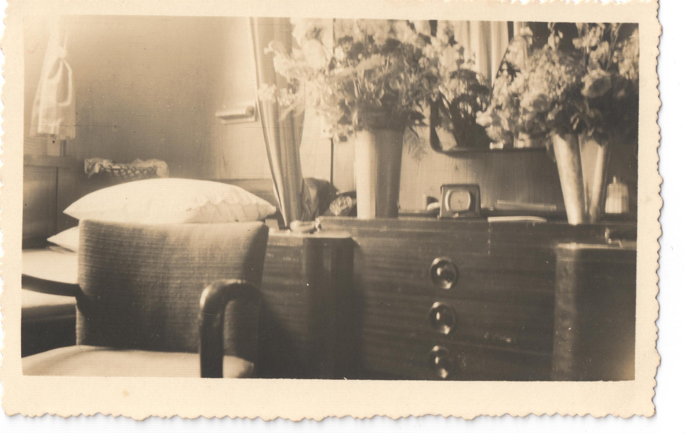 czarno-białe zdjęcie przedstawiające wnętrze kabiny