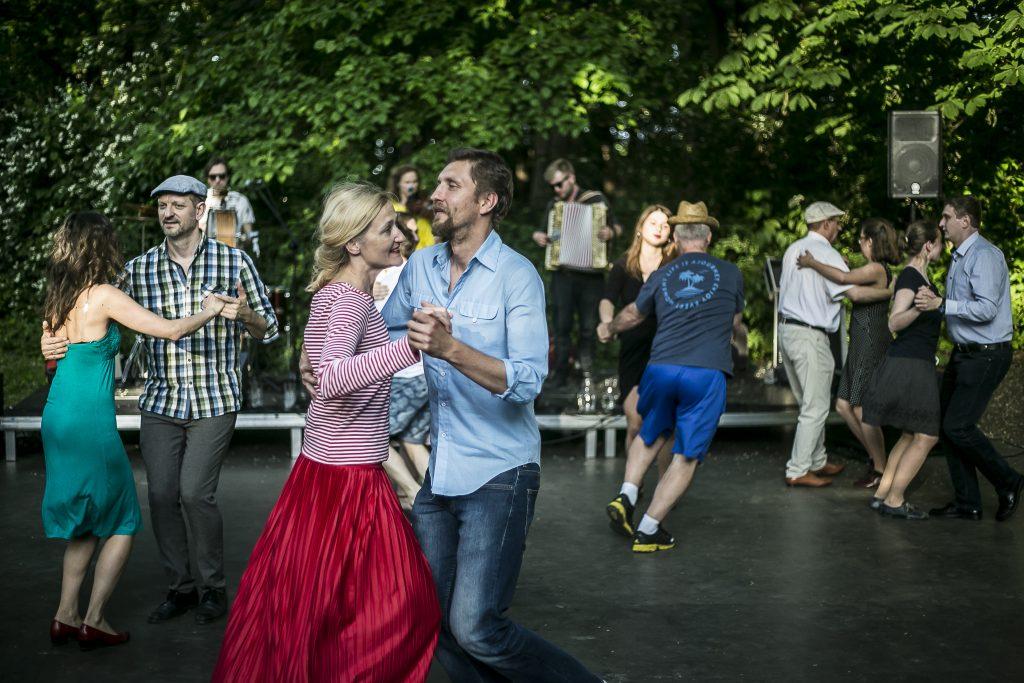 tańczące na parkiecie pary