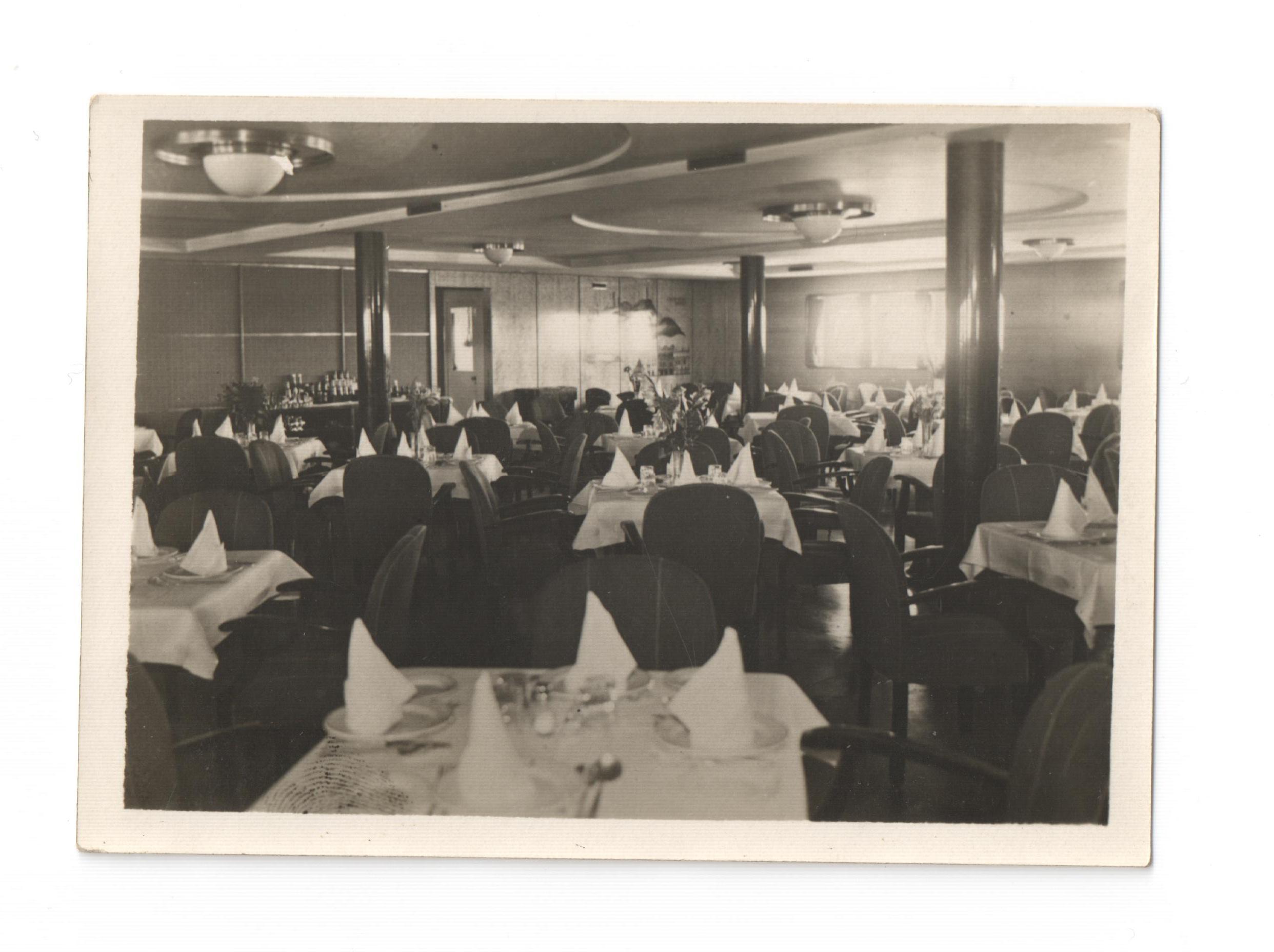 czarno-białe zdjęcie przedstawiające jadalnię na statku Batory