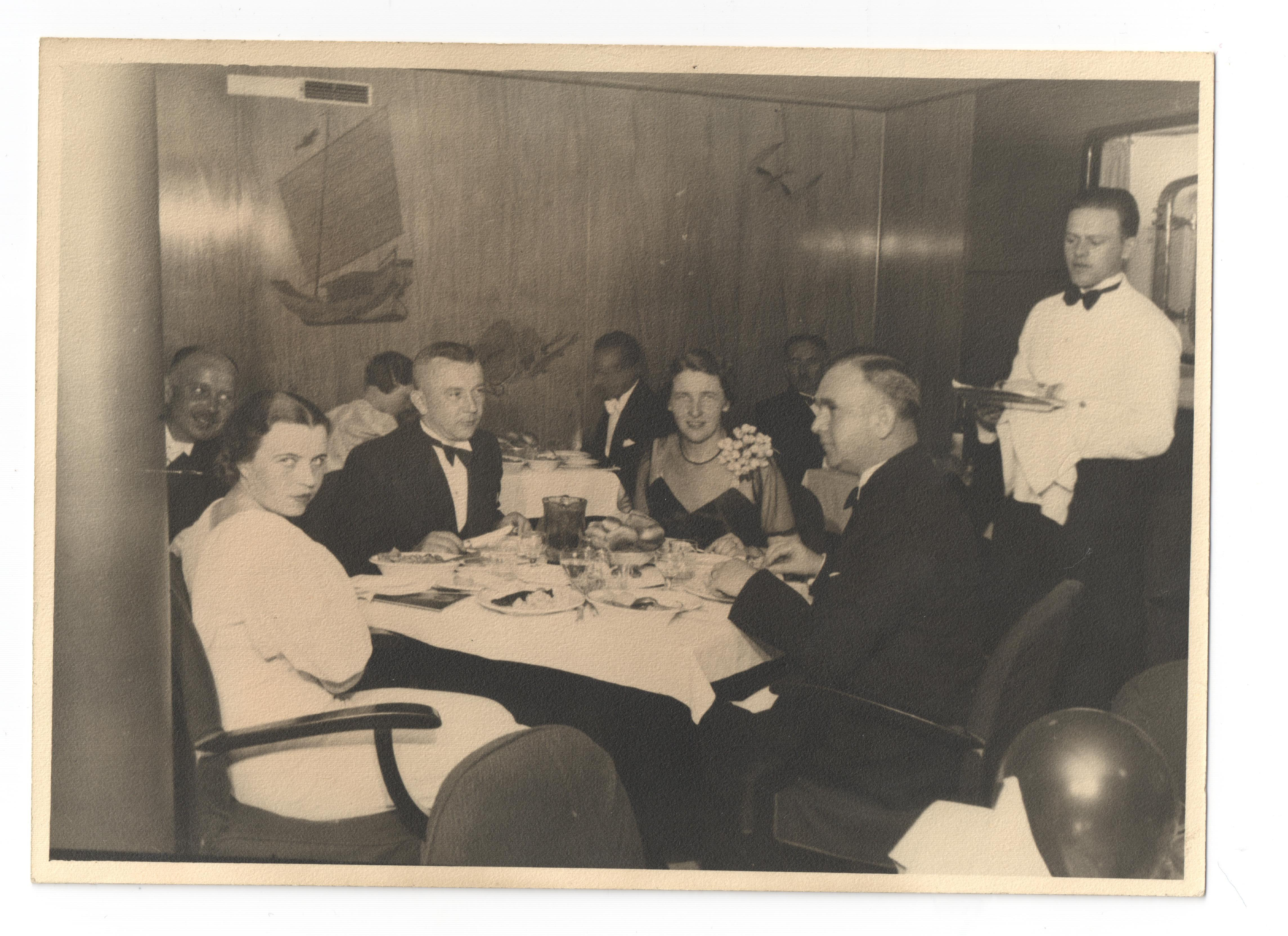 czarno-białe zdjęcie z jadalni na Piłsudskim