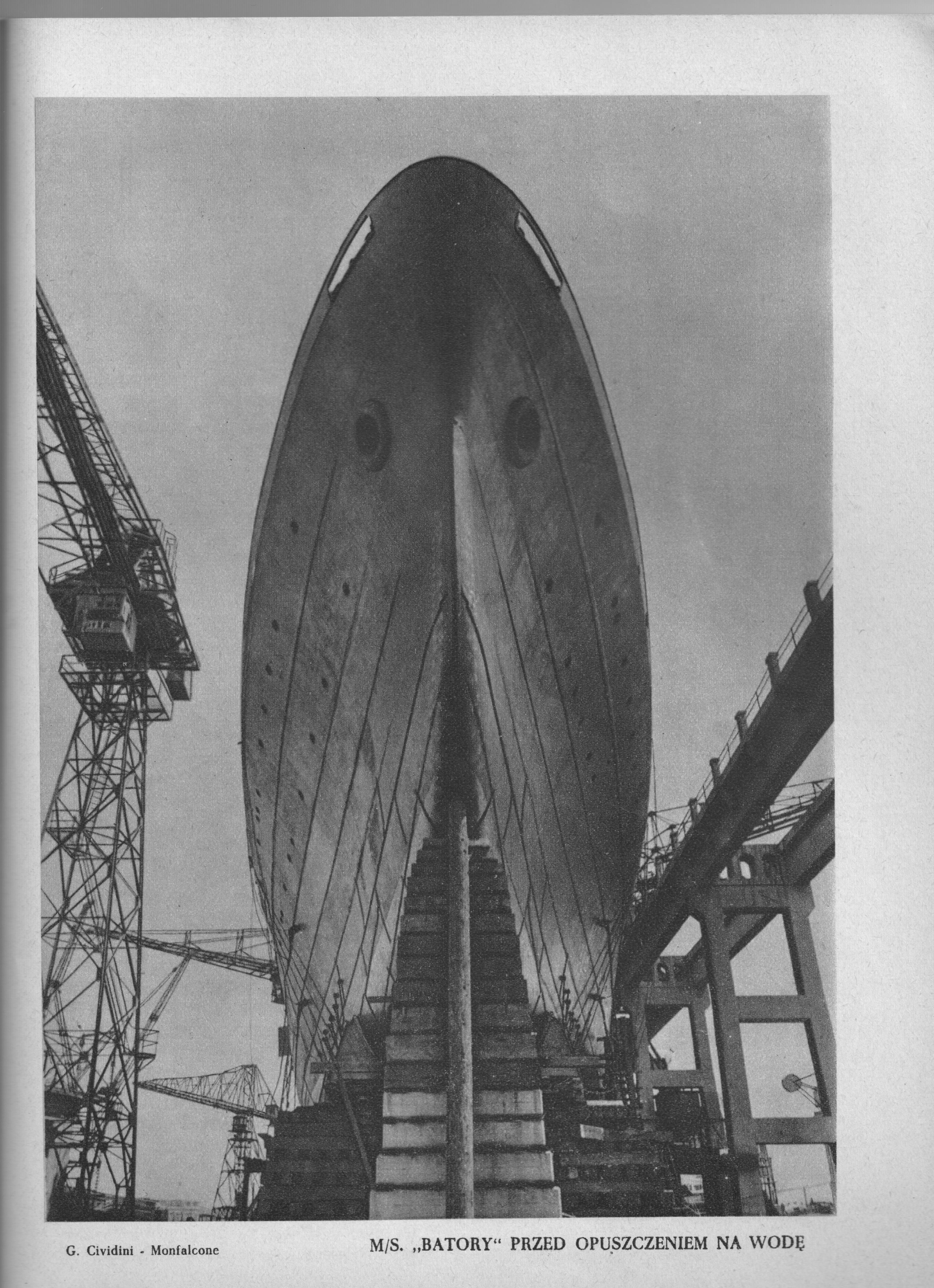 czarno-białe zdjęcie przedstawiające statek