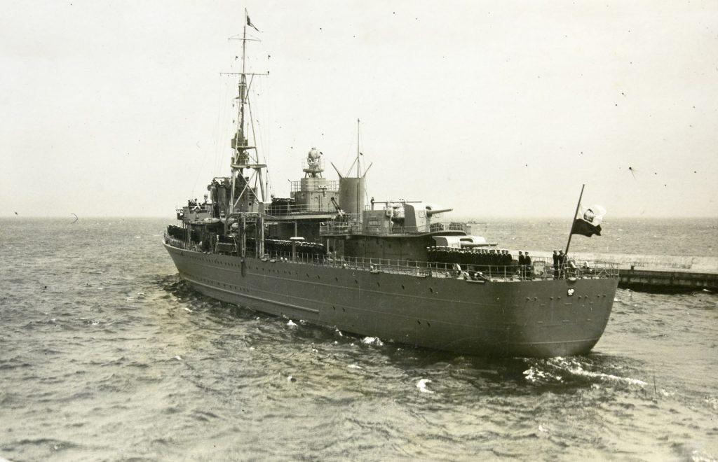 okręt wojskowy na morzu