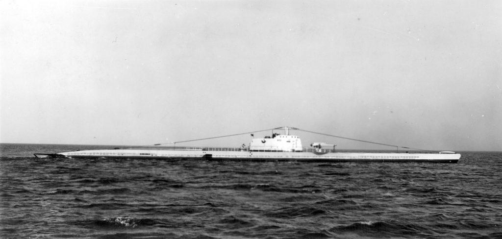 okręt podwodny wynurzony na morzu