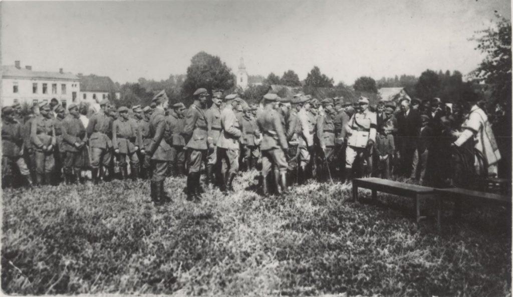 żołnierze zgrupowani na polanie