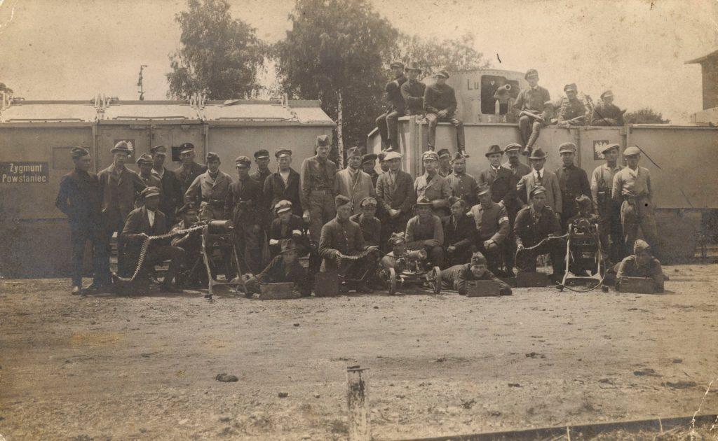 duża grupa powstańców pozujących do zdjęcia z uzbrojeniem