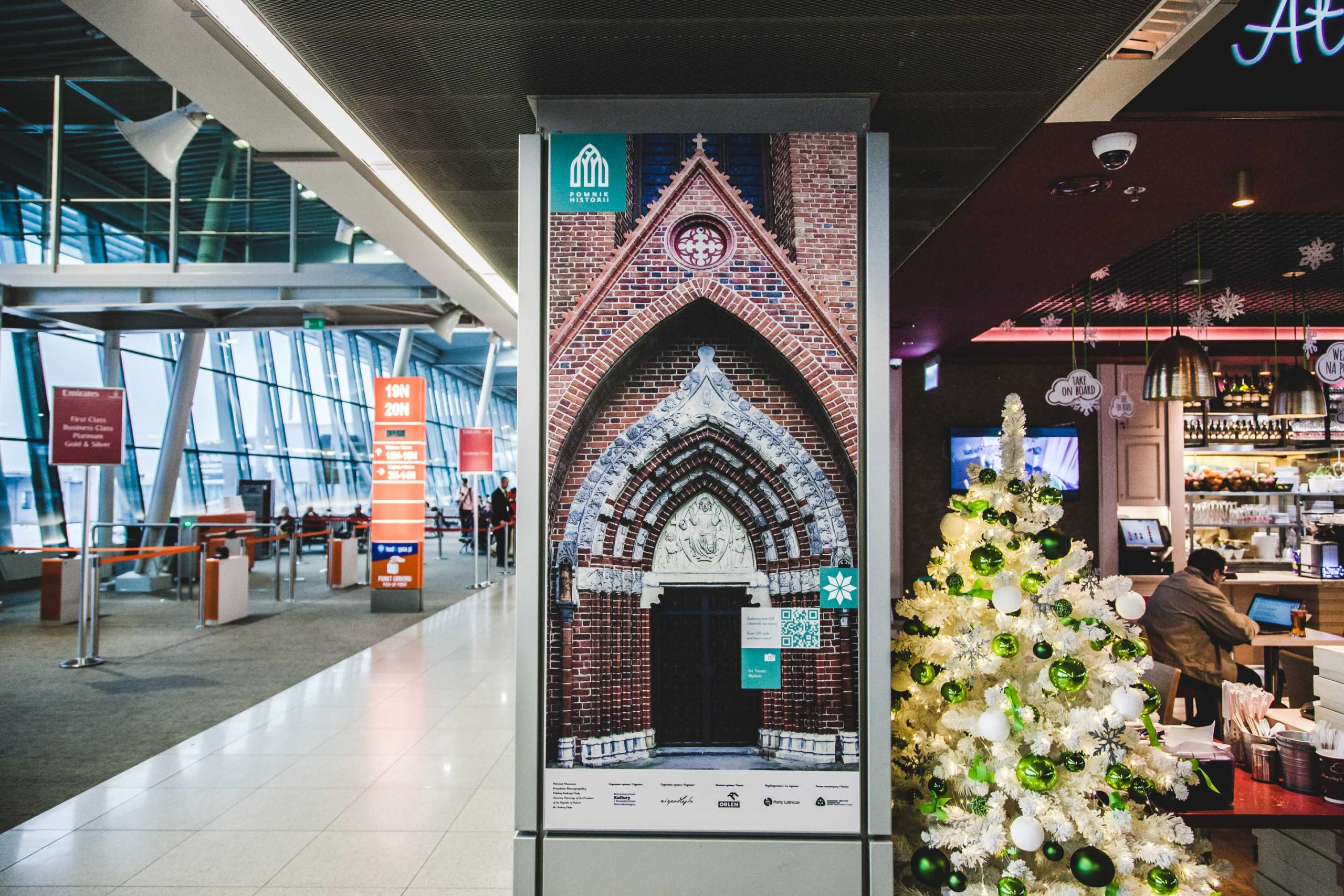 zdjęcie wystawy o Pomnikach Historii na lotnisku Chopina