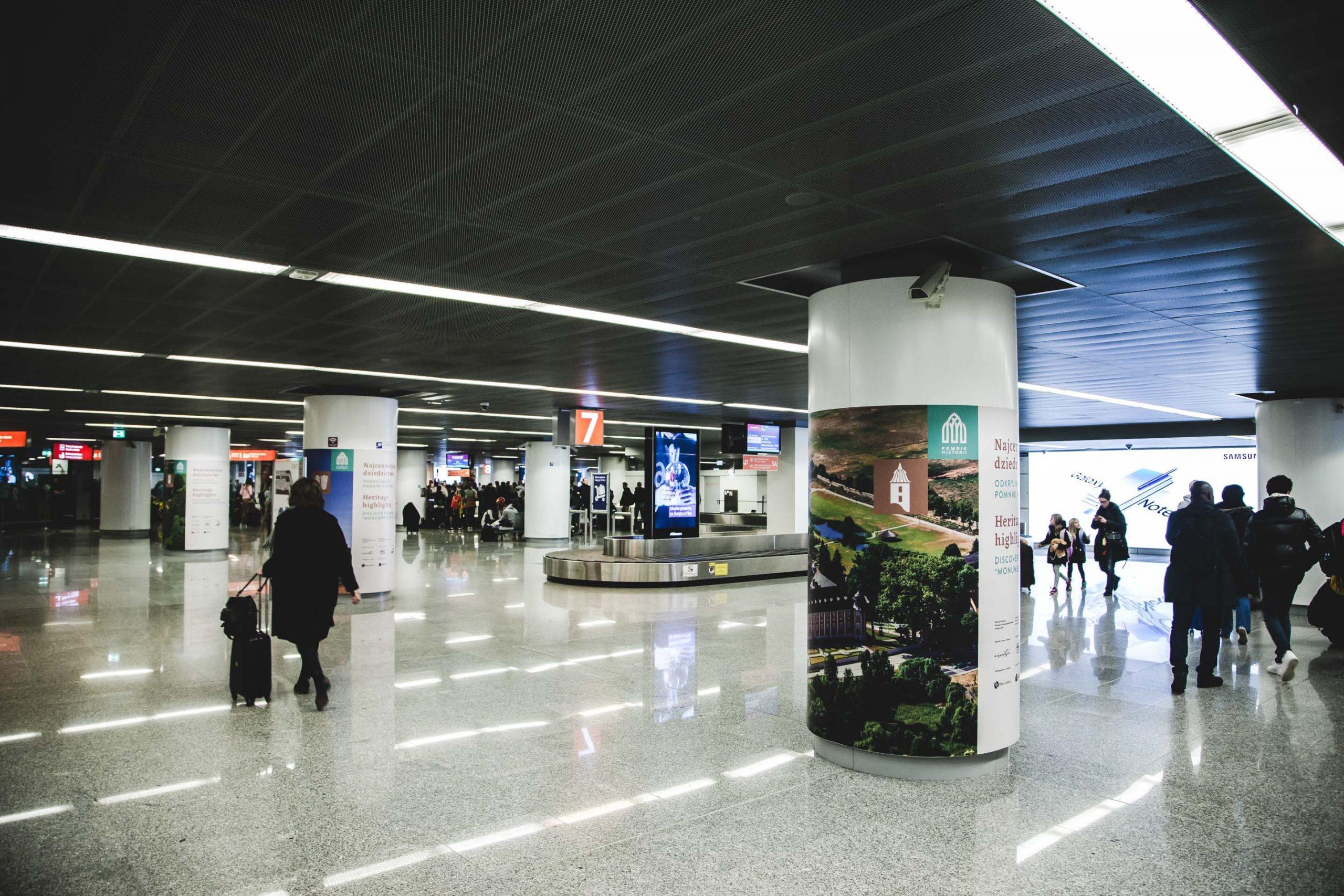 zdjęcie wystawy o Pomnikach Historii na lotnisku Okęcie