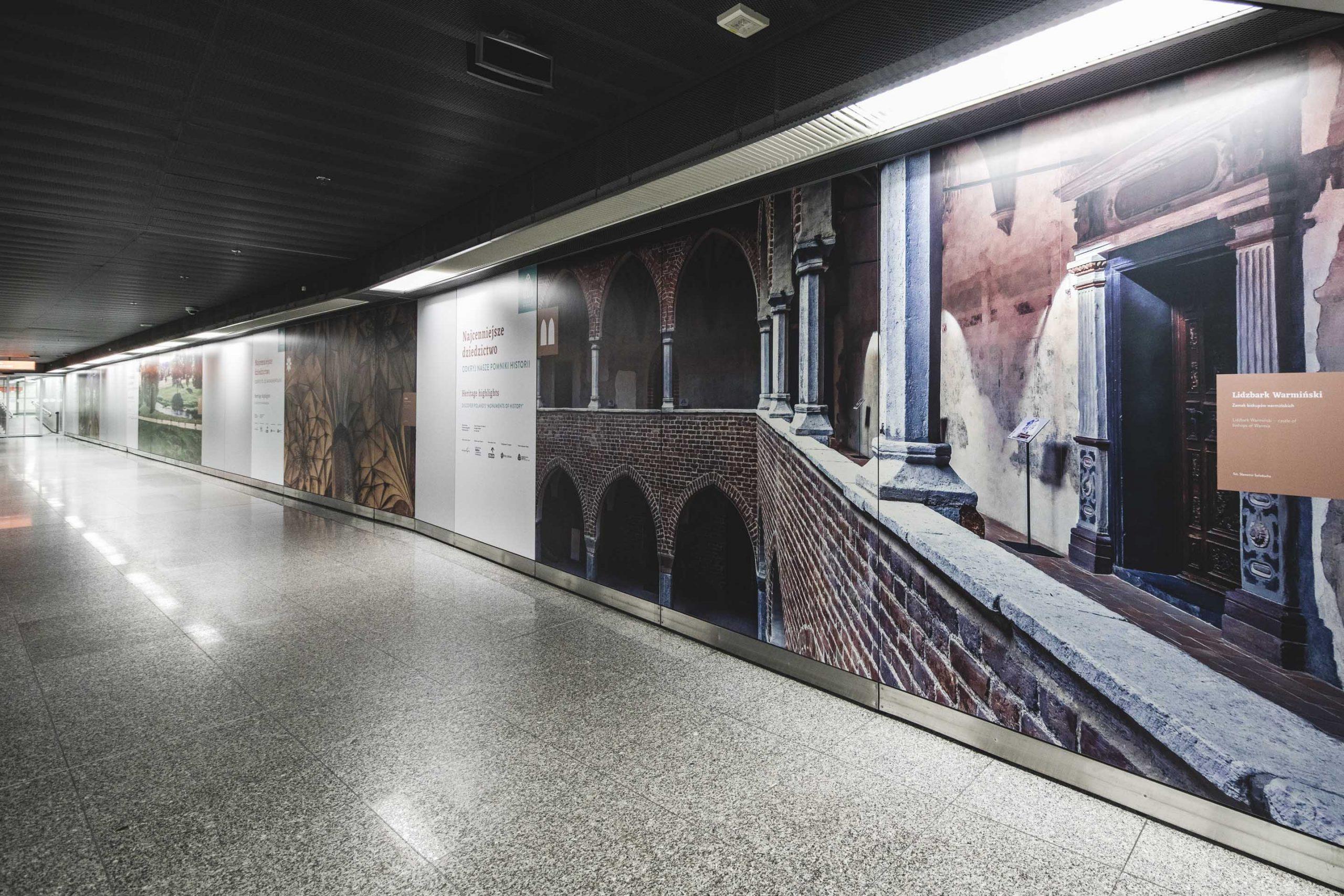 zdjęcie wystawy o Pomnikach Historii na lotnisku Fryderyka Chopina na Okęciu