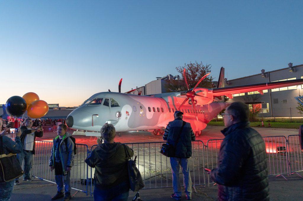 zdjęcie samolotu stojącego na wystawie