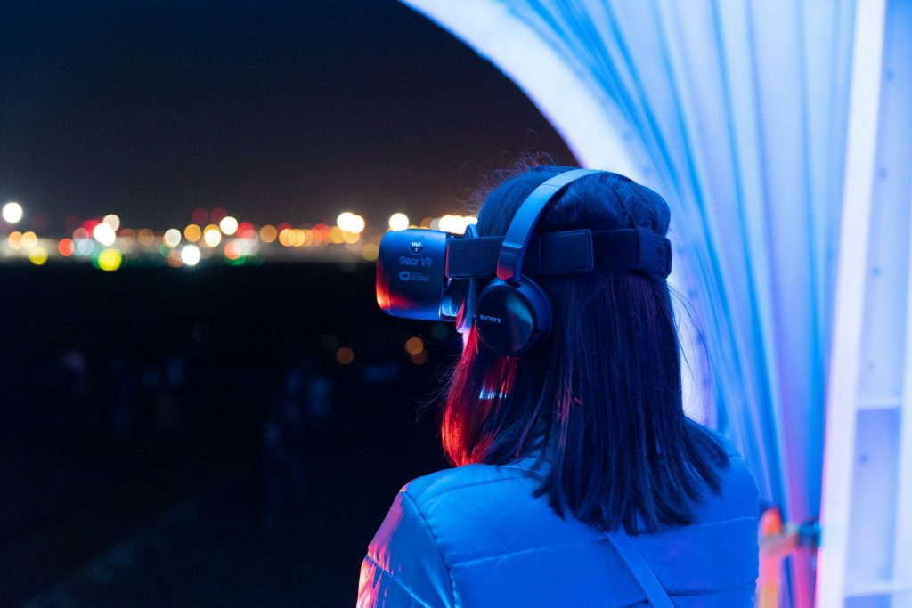 kobieta w wirtualnych goglach