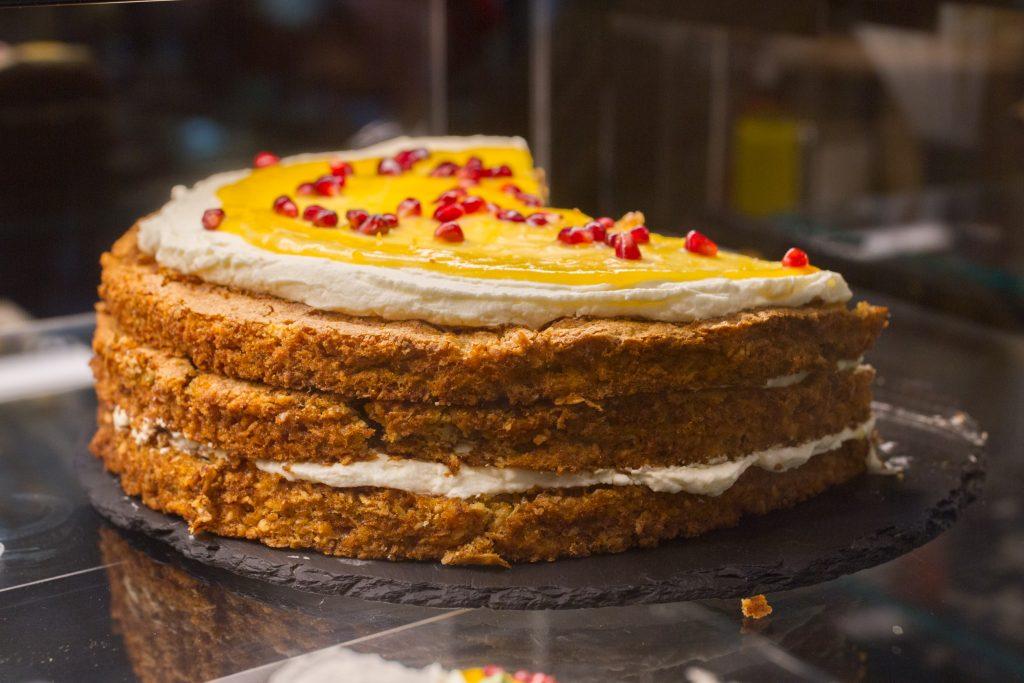 ciasto z kremem i owocami na wierzchu
