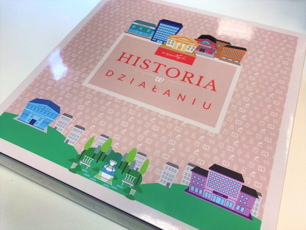 pudełko gry z tytułem i rysunkami różnych budynków