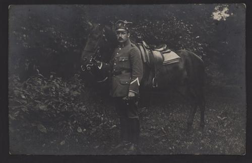 stare zdjęcie mężczyzny z koniem