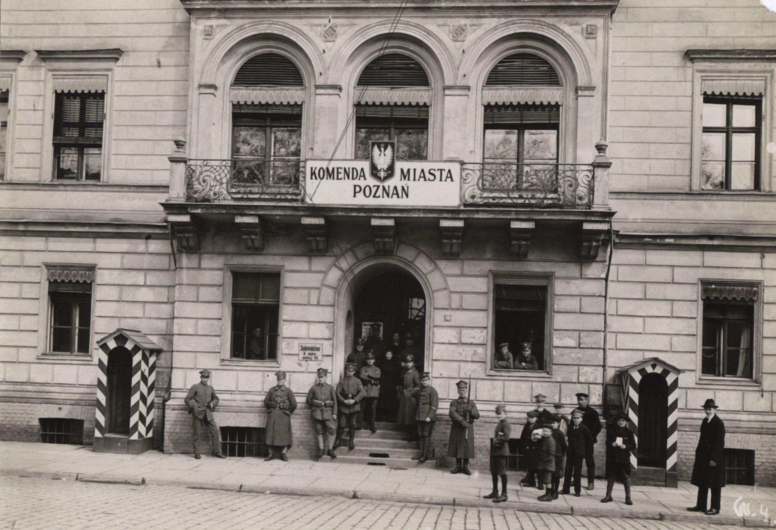 stare zdjęcie z budynkiem i stojącymi przed nim ludźmi