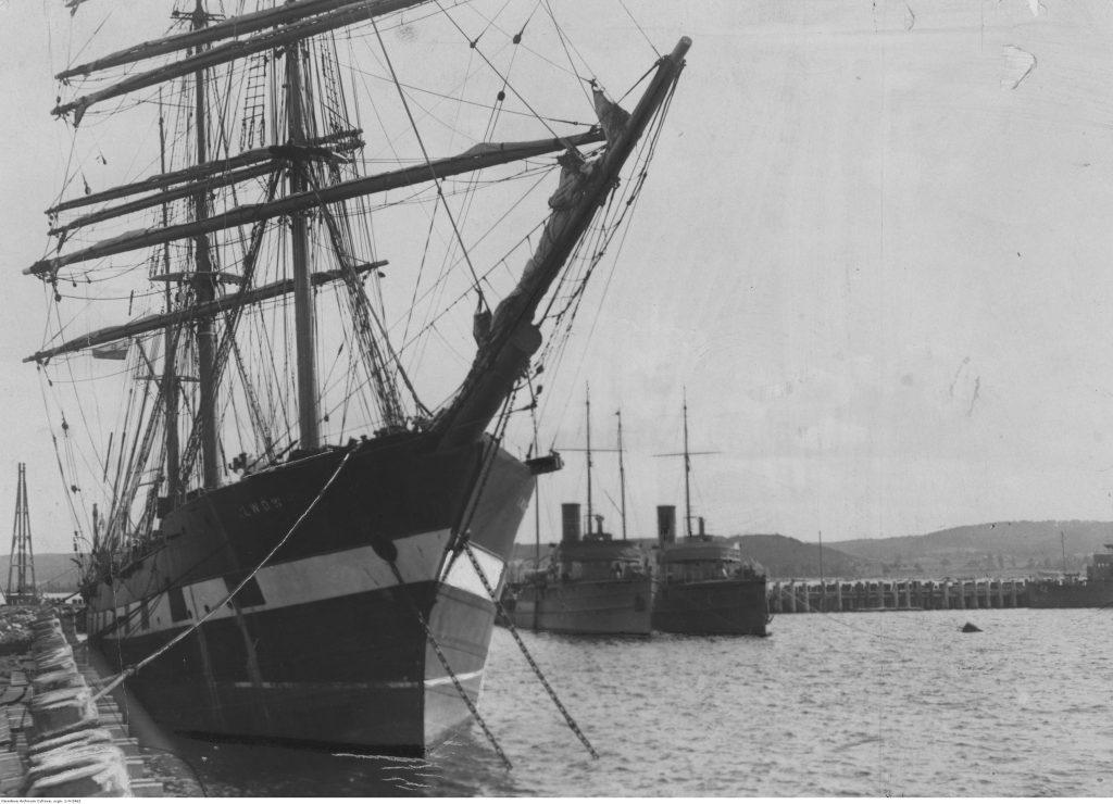 """Statek szkolny """"Lwów"""" podczas postoju przy nabrzeżu widoczny od strony dziobu."""