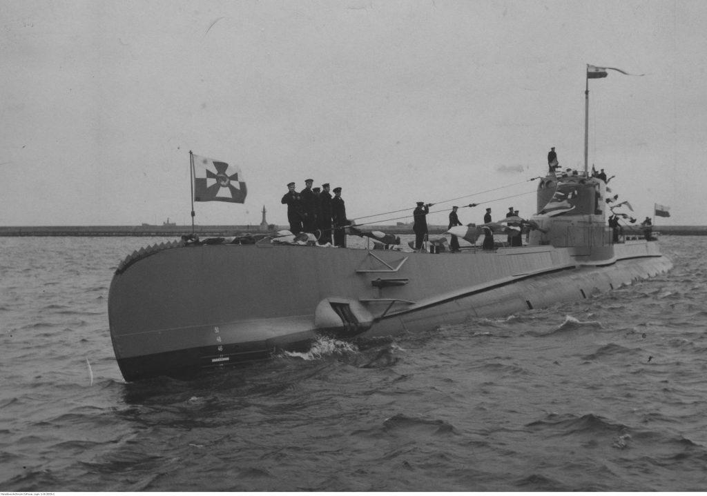"""Okręt podwodny ORP """"Orzeł"""" wpływa do portu."""