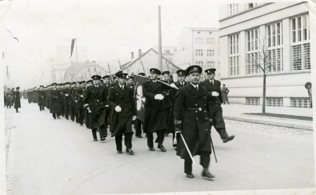 Państwowa Szkoła Morska w kolumnie defiladowej ze sztandarem w Gdyni dn. 10 lutego 1939 r.