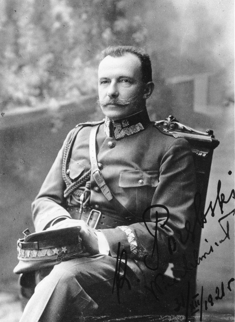 zdjęcie portretow siedzącego żołnierza