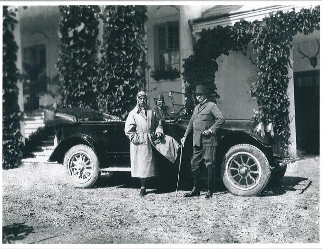 para przed samochodem zaparkowanym przed dworkiem