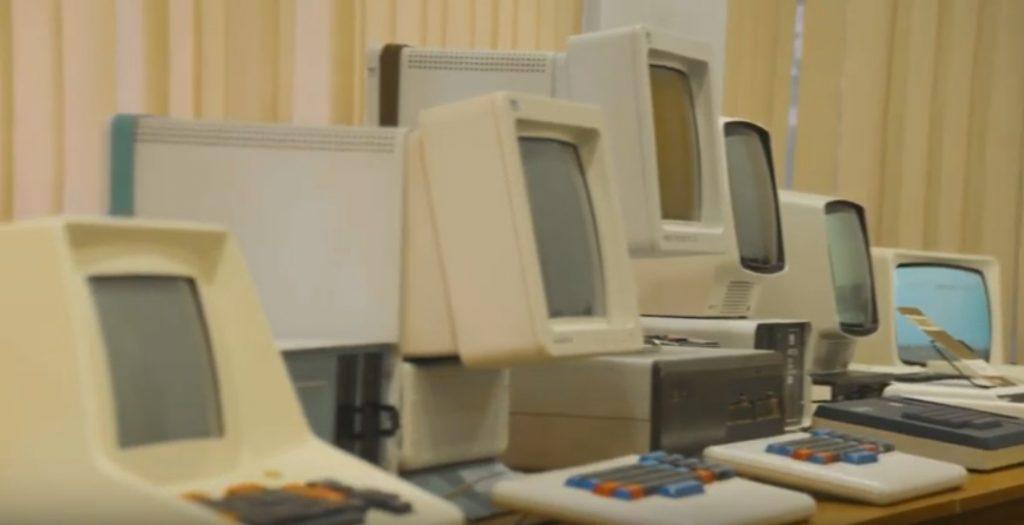 5 starych komputerów w rzędzie