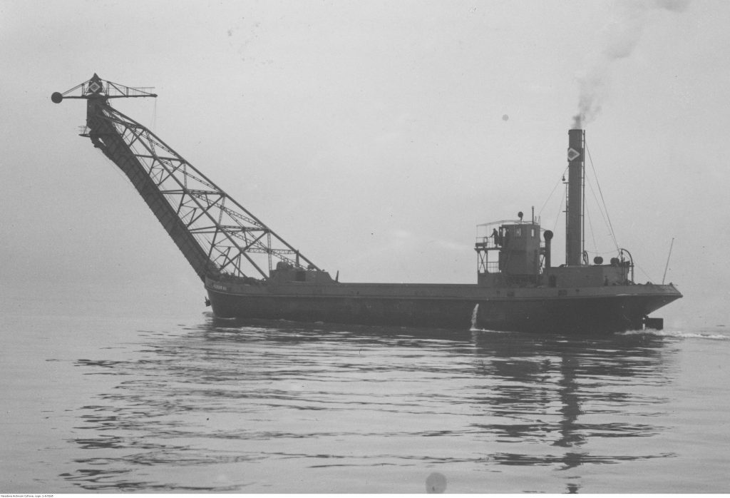 """Statek do bunkrowania węgla """"Robur VII"""" podczas rejsu."""