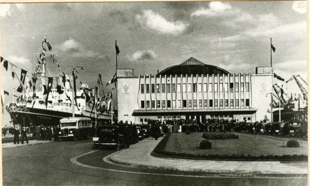 Dworzec Morski. W tle M/S Piłsudski.