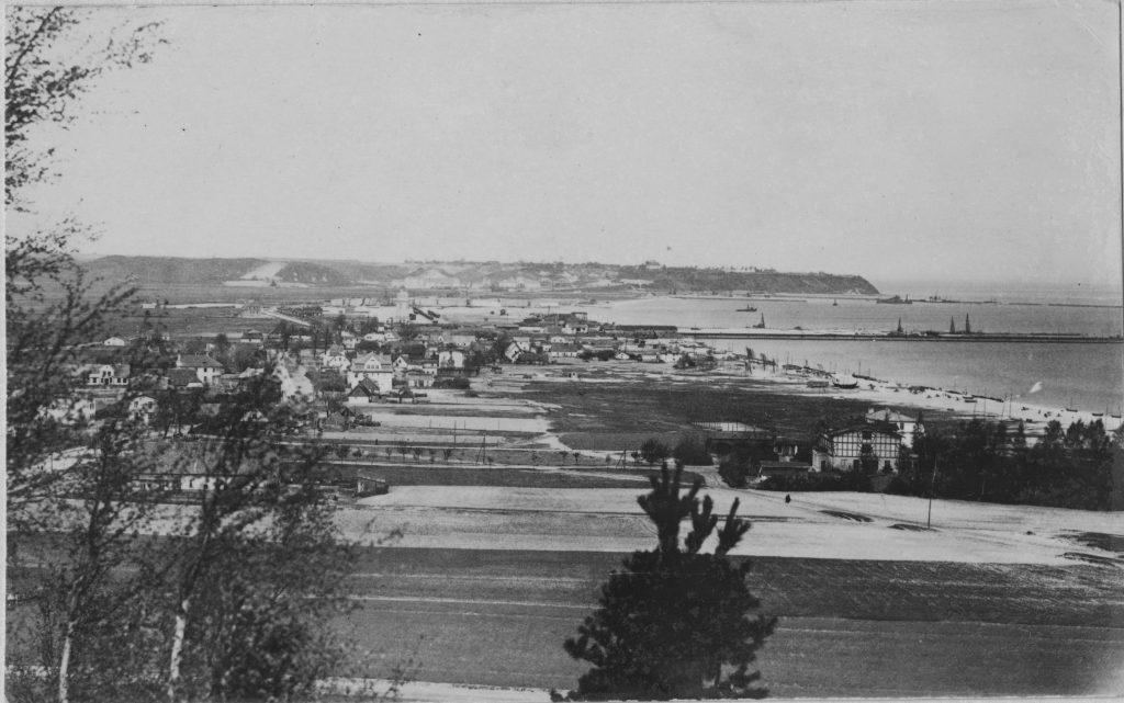 widok na port morski i budujące się miasto