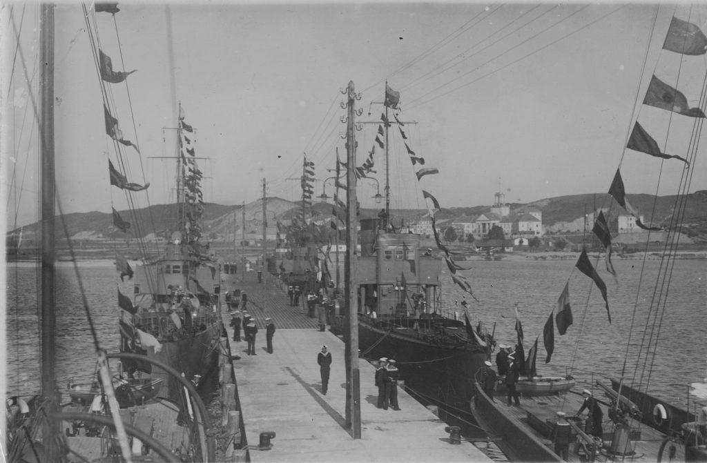Molo portu wojennego Oksywie z przycumowanymi okrętami.