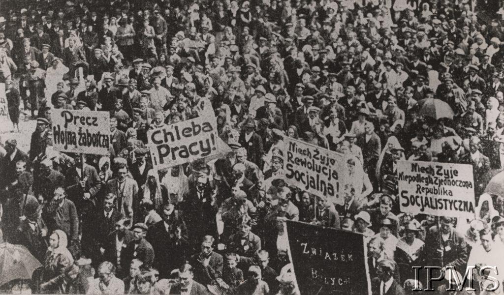 zdjęcie dużej grupy ludzi z transparentami