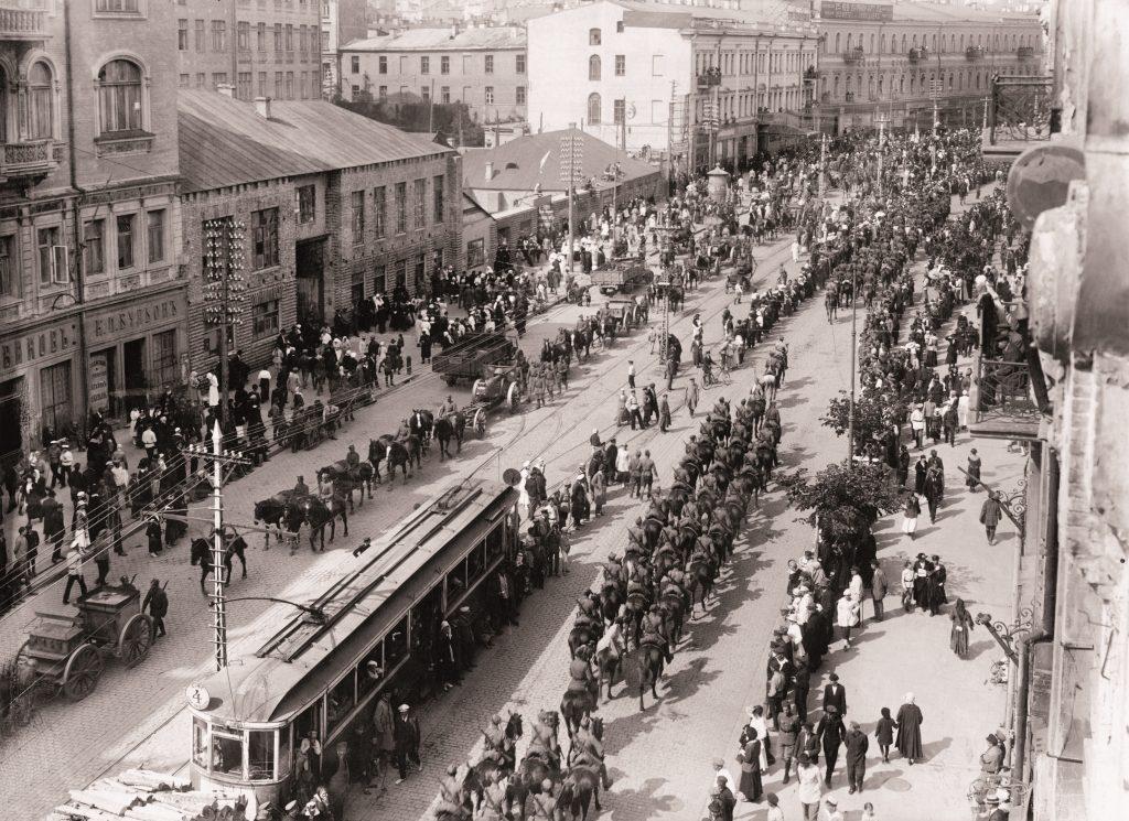ulica Kijowa w widoku z góry w trakcie defilady, widoczny tramwaj i równe rzędy żołnierzy, na chodnikach gapie