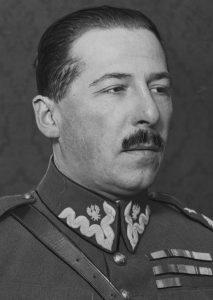 fotografia portretowa z profilu mężczyzny w mundurze
