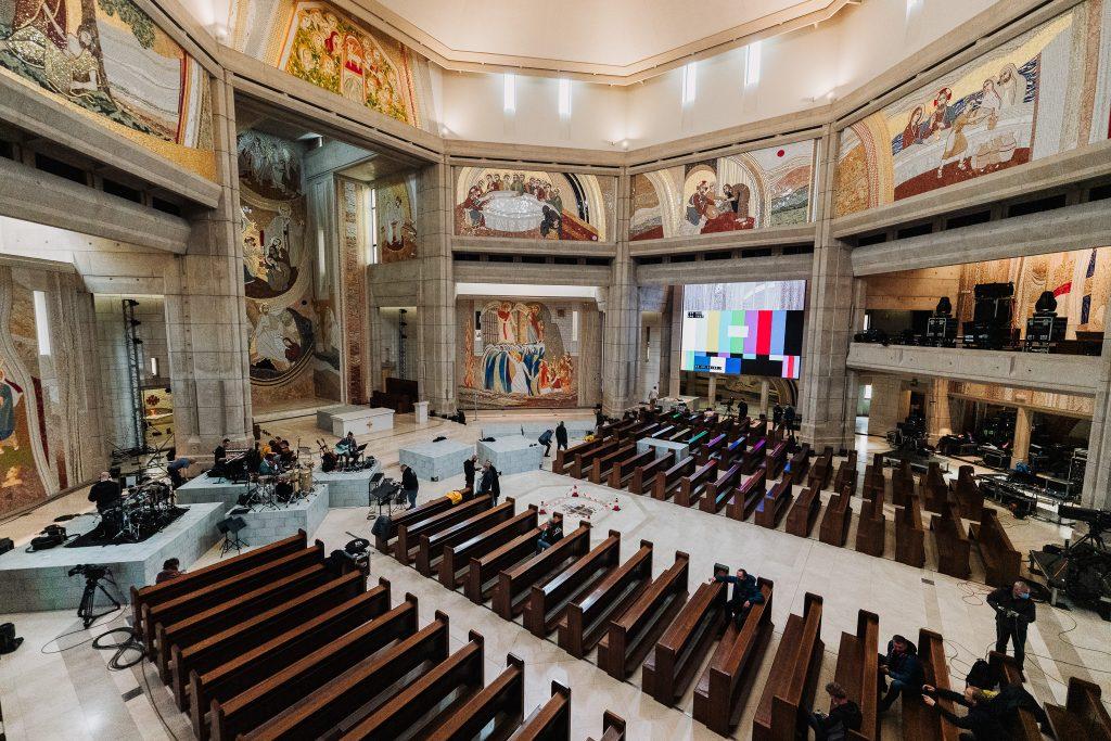 zdjęcie wnętrza sanktuarium i ludzi przygotowujących koncert