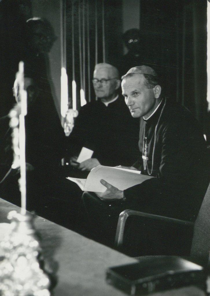 biskup wojtyła z papierami w dłoni