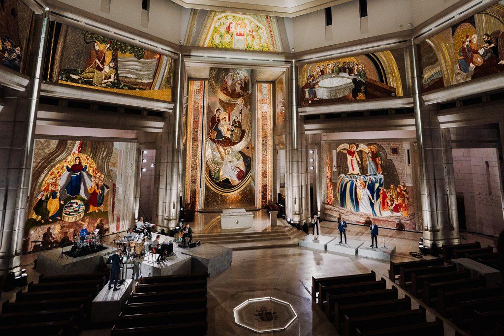 wnętrze sanktuarium podczas występów z widocznymi mozaikiami