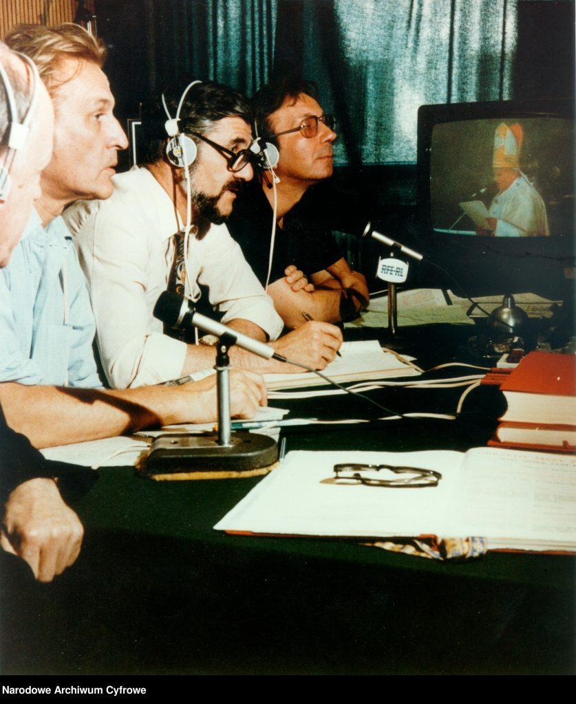 Widoczni od lewej: ksiądz Tadeusz Kirschke, Tadeusz Nowakowski, Andrzej Krzeczunowicz, Jerzy Kaniewicz. W tle odbiornik telewizyjny (telewizor).
