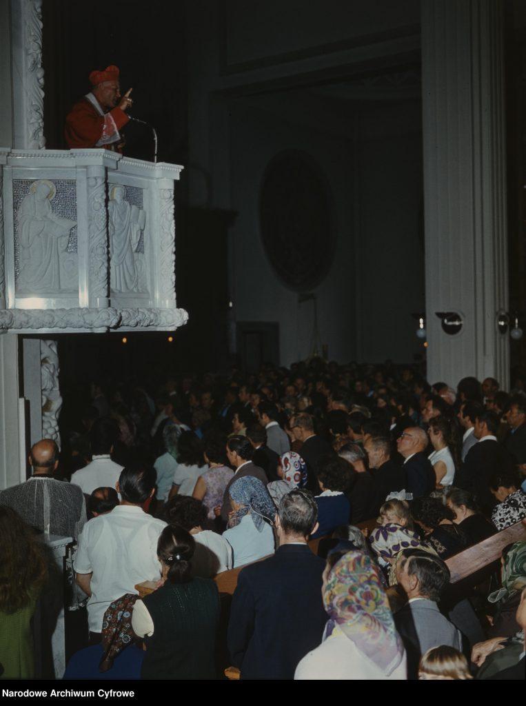 Kardynał Karol Wojtyła na ambonie podczas wygłaszania kazania.