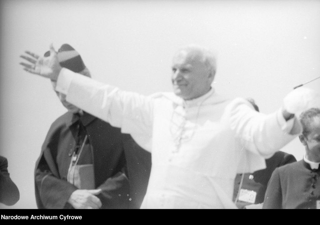 Jan Paweł II pozdrawia wiernych. Obok papieża widoczny prymas Polski, kard. Stefan Wyszyński (z lewej).