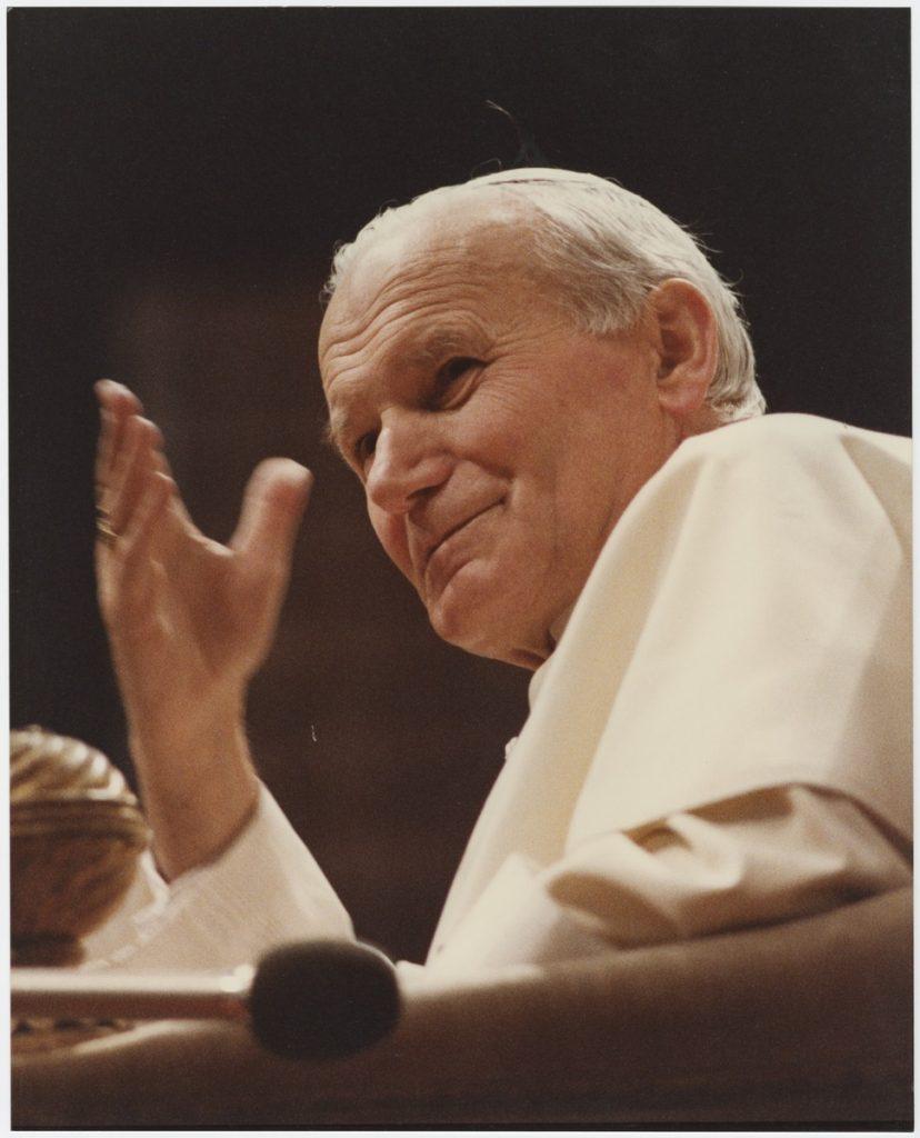 Jan Paweł II błogosławiący dłonią