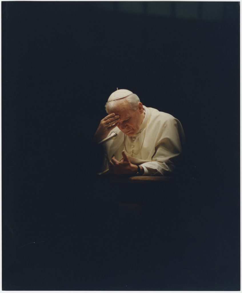 jan paweł II pochylony nad lekturą