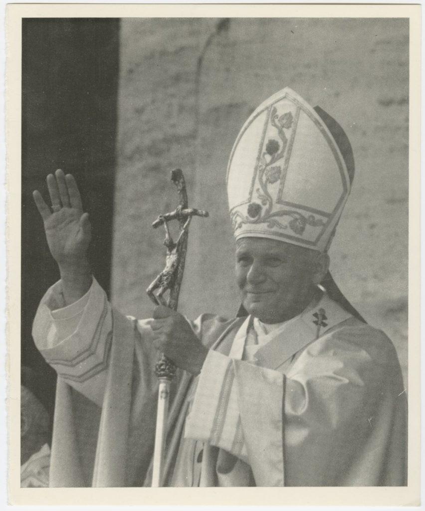 Jan Paweł II z krzyżem pozdrawiający