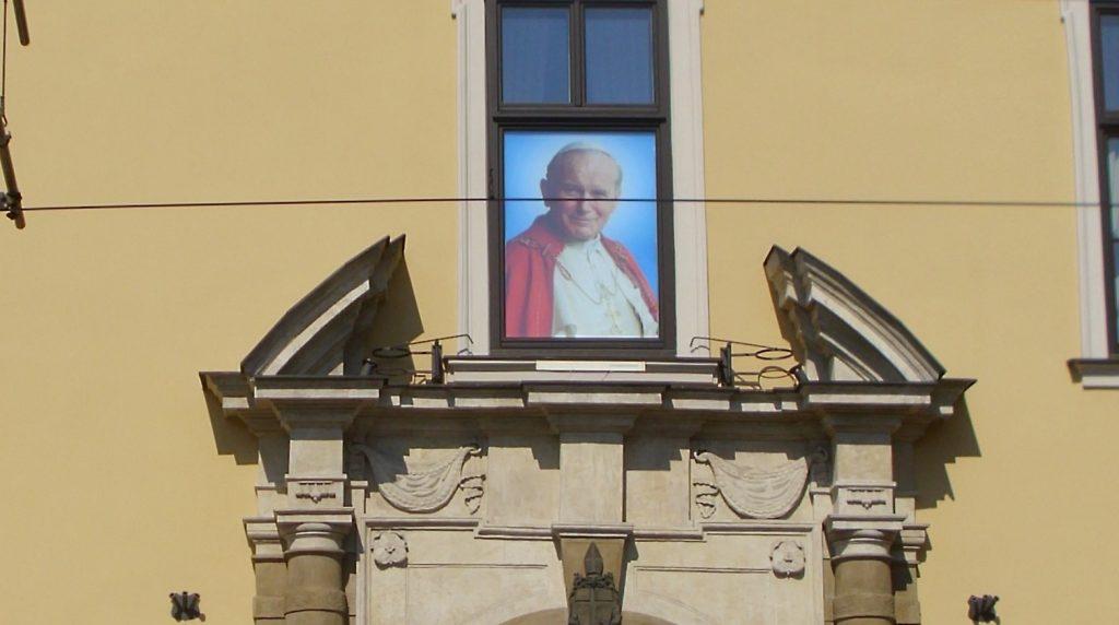 postać papieża wklejona w okno