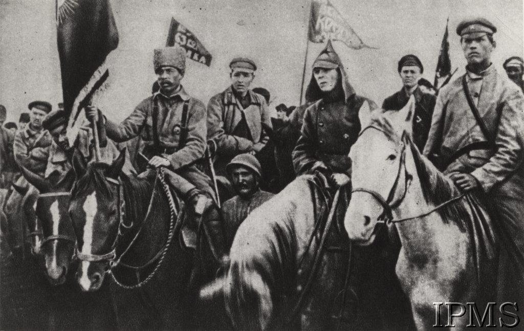 zgromadzenie żołnierzy na koniach ze sztandarami