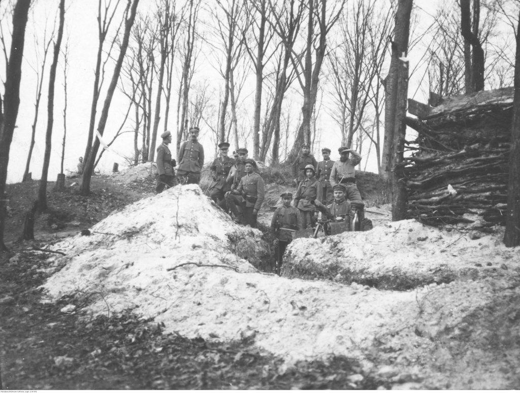 Grupa polskich żołnierzy w okopie. Widoczny ciężki karabin maszynowy Schwarzlose wz. 07/12.