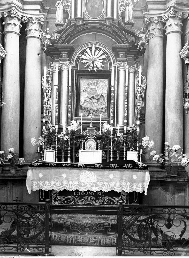 Ołtarz z obrazem Matki Boskiej Cudownej w bazylice.